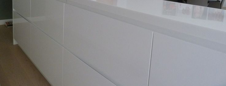 With modern kitchens, perfect white finishings are key. Use drawers and as such visually prolong your cooking island.
