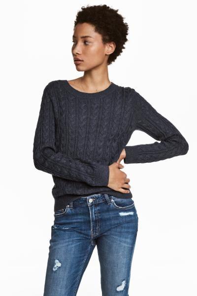 ケーブルニットのセーター。コットン混素材。ネックライン、袖口、裾はリブ編み。