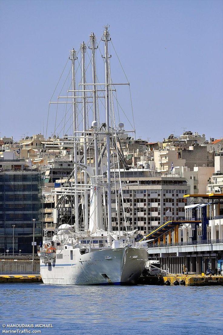 Το Wind Spirit πλευρισμένο στον Πειραιά. 14/05/2011.