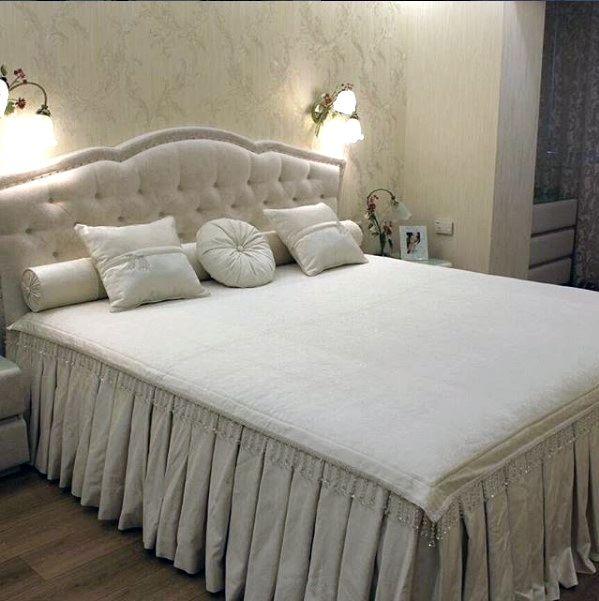 #Спальня #мечты: #подушки и верхняя часть #покрывала изготовлены из фактурного бархата PROZA @kobe_interior_design Дизайн @polezhaevanataliia Заказать #бархат можно в #Galleria_Arben #fabric #ткани #bedroom #pillows #кровать #bed
