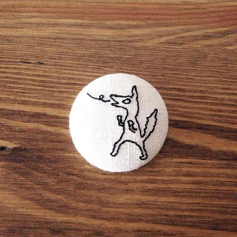 三匹の子ブタに登場するオオカミを刺繍したボタンブローチです。がんばって藁の家を吹き飛ばしています。  https://minne.com/fin-11  #minne #tekuteku #ブローチ #刺繍 #くるみボタン #三匹の子ブタ #狼 #オオカミ #ゆるい