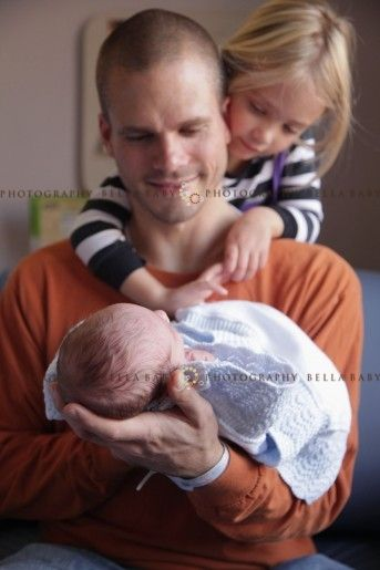 sweet newborn, dad & big sister - Bella Baby I want this with hubs & babies and me & the babies