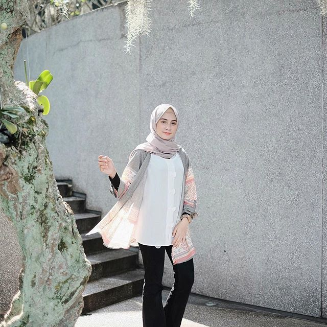 Wearing top by @palmierapparel