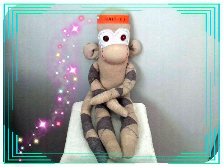doudou singe garçon kung fu s' accrochant partout :  au barreau du lit, du parc, du tapis d'eveil, ou à la poussette . Jeux, peluches, doudous par doudous-mad-in-toudou
