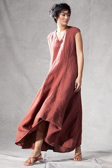 Dress Gianna : This OSKA dress made of fine linen is floor-length and can be shortened with the help of interior buttons – on one or both sides. Buttoned up all the way this dress has a voluminous fall. Besides this imaginative design idea the seams are accentuated for a sporty and casual flair.