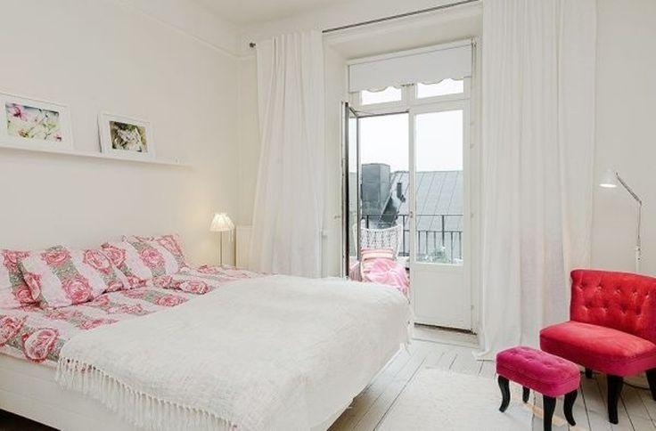 Апартаменты создают неповторимое удивительное ощущение целостности. Цветовая гамма достаточно сдержанна, белый цвет использован почти для всех поверхностей, включая стены, потолки, мебель и полы. Также каждая зона имеет свои уникальные дополнительные легкие цвета, как правило, пастельных оттенков.
