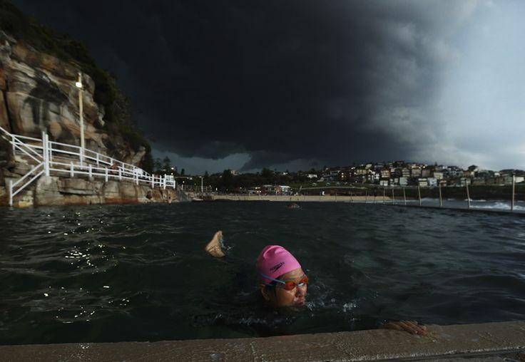 Ryan Pierse (Getty Images). La spiaggia australiana di Bronte a Sydney, colpita da una tempesta, il 13 ottobre.