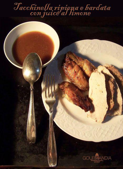 Una preparazione di sicuro effetto: tacchinella farcita e bardata con fette di pancetta, per una cena conviviale e celebrativa.