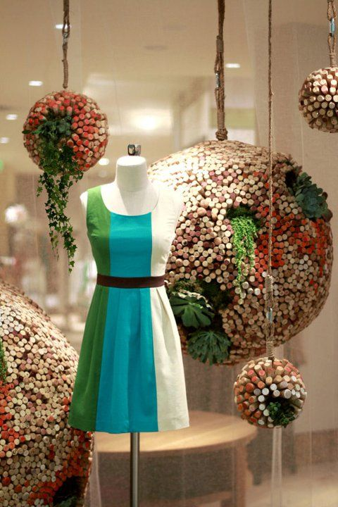 Maravilloso este escaparate decorado con corcho #Moda: Visual Merchandising, Idea, Wine Corks, Window Display, Earth Day, Corks Crafts, The Dresses, Corks Ball, Windowdisplay