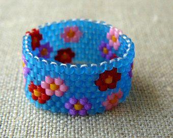 Anillo con cuentas azul con multicolores flores, anillo de flores Multicolor, Beadwoven banda, joyas de flores, tamaño de encargo, hecho a la medida