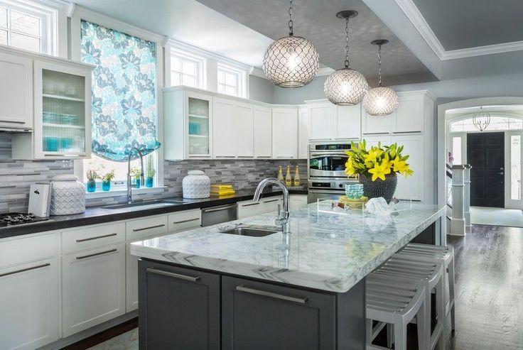 Серая кухня в интерьере: 75+ избранных классических и современных дизайнерских решений http://happymodern.ru/seraya-kuxnya-v-interere-foto/ Традиционная американская кухня серо-белой цветовой гаммы. Гармоничные цветовые акценты голубого и желтого цветов