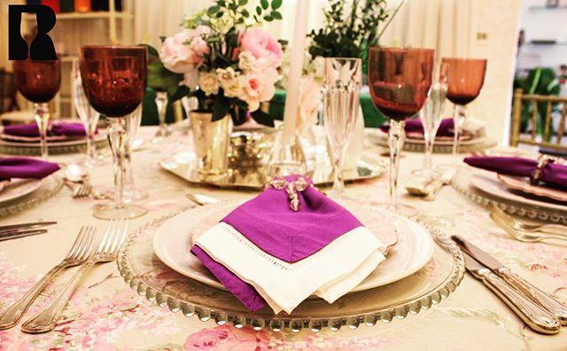 Sousplat Vidro Contas, Prato Raso Capri, Prato de Sobremesa Rosa, Talheres Croise, Taça Flute Baccarat, Copo Uva Mont'Oro Vidro, Toalha Redonda Romântica, Guardanapo Roxo e Guardanapo Areia Linhão, dobradoa juntos, compondo esta bela mesa.  Boa Tarde!! #sousplat #prato #talheres #talher #taça #copo #guardanapo #toalha #toalhas #gastronomia #casamento #casamentos #15anos #aniversário #alugueldematerialparafestasp #alugueldematerialparafesta #alugueldematerialparafestas…