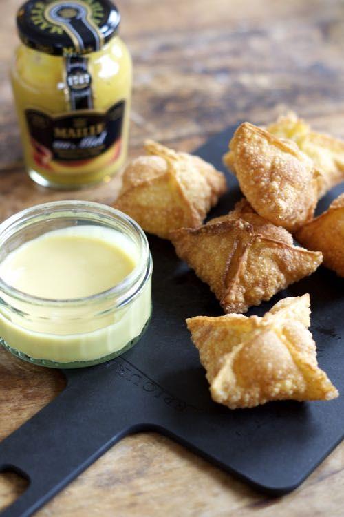 Kaas Wontons met Honing-Mosterdsaus - I am Cooking with Love Een kaassnack met een honing-mosterdsausje om in de dopen. Lekker bij de borrel