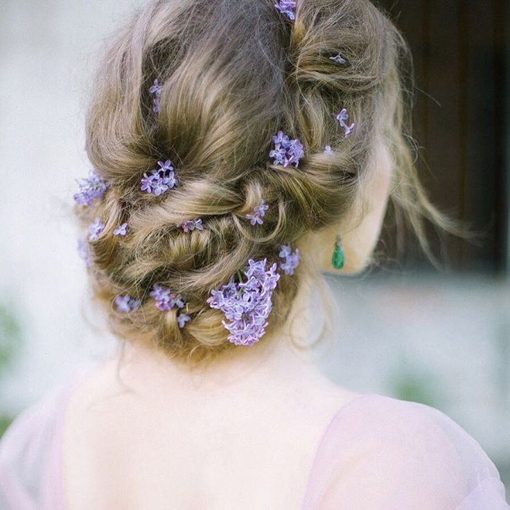 Hair tail with lilac flowers. Florals by Katerina Kazakova (@kkfloral). Photo by @lena_eliseev_a