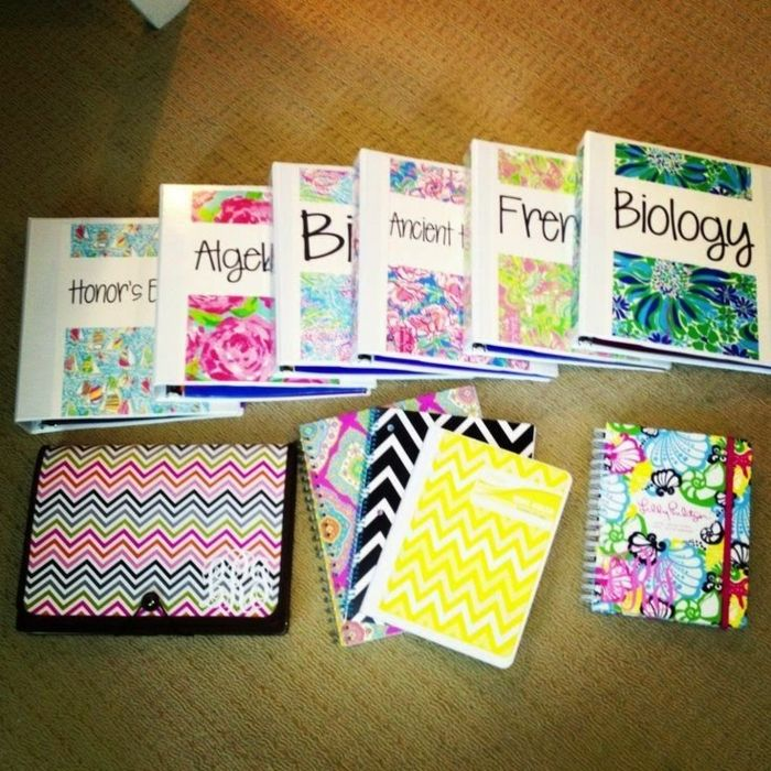 Schulsachen organisieren die Lehrbücher verschönern mit bunten Umschlagen