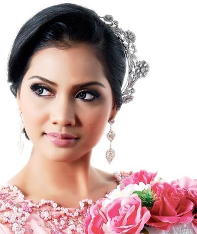Dandanan Mahkota Anggun : Bakal pengantin yang mementingkan gaya dandanan rambut pastinya teruja mencari idea dan konsep yang seiring majlis yang berlangsung. Sentuhan dandanan ringkas dan manis curahkan pukauan ayu.