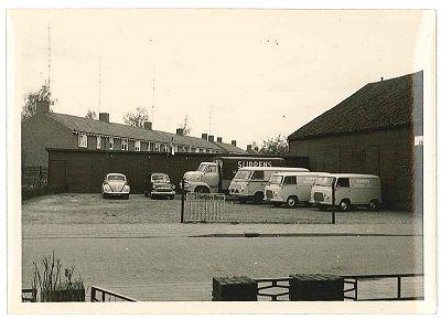 Veghel - Hezelaarstraat het begin van Sligro. In deze loodsen heeft ook Ford v.Berkel gezeten. Ik woonde hier tegenover op nr.3 waar voorheen de Fam.Slippens heeft gewoond
