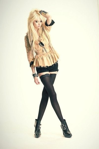Taylor Momsen ♥ . <3 sometimes allows herself to look cute again. I would love her top and shorts!