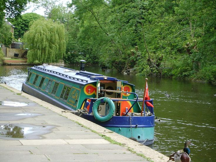 Narrowboat on the River Thames at Lammas Park, Staines, Surrey.jpg