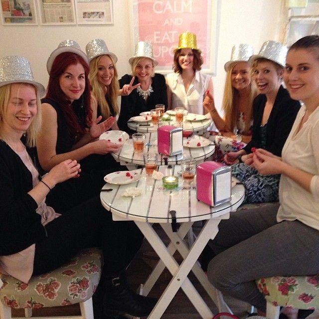 These ladies want you to vote on the best cupcake very soon.... #vote #cupcake #best #möhippa #bachlorette #hen #party #fest #cupcakekurs #dekoration #dekorationskurs #göteborg #linné