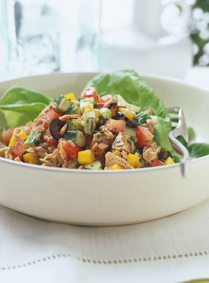 Recette du chef Ricardo. Recette de salade d'inspiration tunisienne. Avec des tomates, du thon et des olives noires. Une recette rapide et santé.