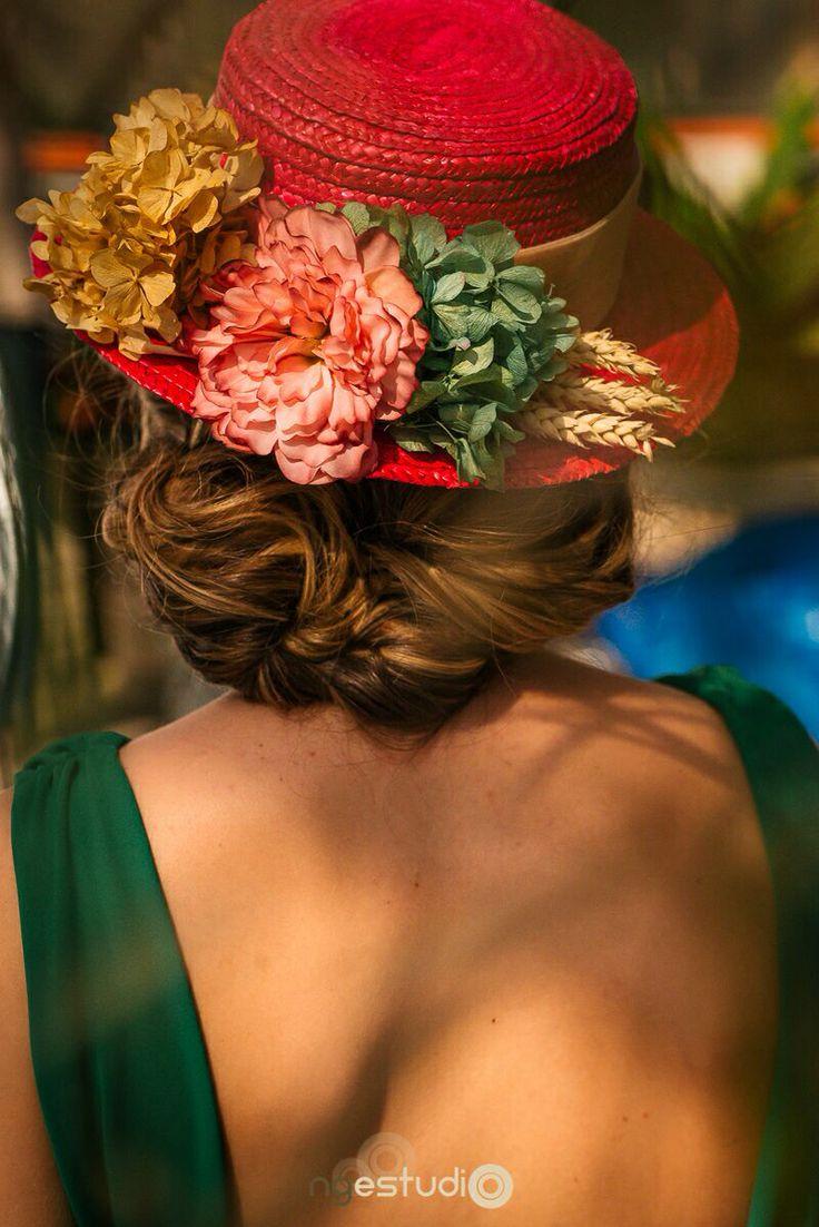 Canotier fucsia de paja trenzada con hortensias preservadas verdes y ocres, espigas naturales y flor de tela rosa. Vestido verde de #posacollection.