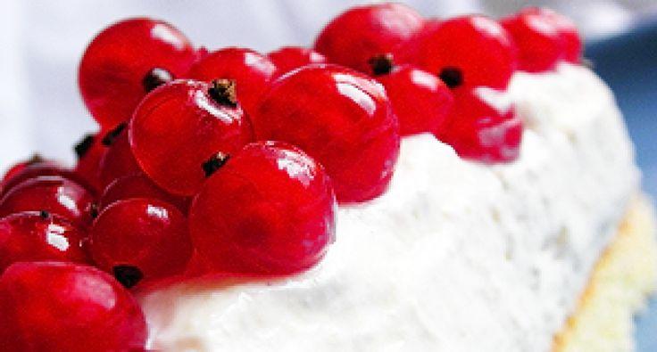 Przepis na śmietankowy tort serowy: Ten przyjemnie lekki, słodki śmietankowy tort serowy znakomicie uzupełnia przybranie z kwaśnych owoców. Ten tort jest prościutki i smaczniutki.