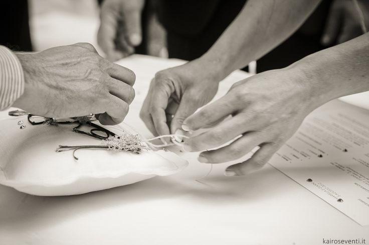 Cuscino delle fedi per il rito della luce | Wedding designer & planner Monia Re - www.moniare.com | Organizzazione e pianificazione Kairòs Eventi -www.kairoseventi.it | Foto Photo27