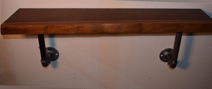Industriedesign Regal aus Massivholz US Nussbaum und Industrierohr