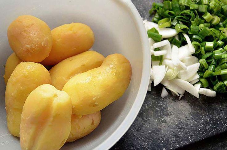 Dacă ai nevoie să slăbești rapid, atunci această dietă ți se va potrivi perfect. Grație cartofilor te vei simți mereu sătulă deși vei consuma mai puține calorii. Cu ajutorul acestei diete vei putea da jos până la 5 kg în doar 3 zile! Dietă cu iaurt și cartofi – meniul pentru 3 zile: Ziua 1 Mic dejun: 1 cartof fiert, 1 ceașcă de iaurt Prânz: 2 cartofi fierți, 1 ceașcă de iaurt Cina: 2 căni de iaurt Ziua 2 Mic dejun: 1 ceașcă de iaurt Prânz: 2 cartofi fierți, 1 ceașcă de iaurt Cina: 1 cartof…