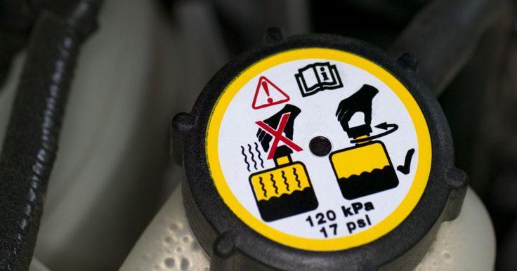 Cómo reemplazar el refrigerante de motor en un Versa. Nissan recomienda que cambies el líquido refrigerante del motor en el radiador de tu Versa una vez cada tres años. Revisa el refrigerante con frecuencia en busca de residuos, contaminantes o variaciones en el color. Drena y reemplaza el refrigerante a la primera señal de contaminación. La mayoría de tiendas automotrices aceptarán el refrigerante ...