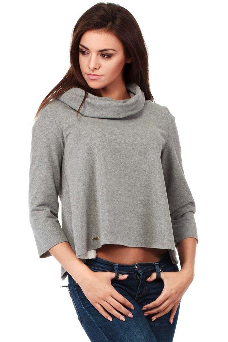 Krótka bluza damska z golfem w szarym kolorze o kuszącym kroju