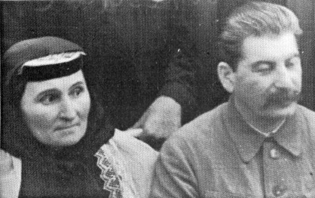 СТАЛИН С МАТЕРЬЮ ЕКАТЕРИНОЙ ГЕОРГИЕВНОЙ 1935 г.