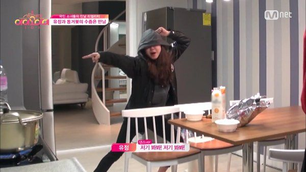 "(3) Hashtag #StandbyIOI di Twitter #IOI #YOOJUNG what the heck is she doing lol :"")"