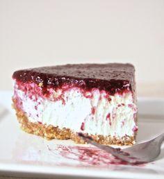 mmm a no-bake Greek Yogurt & Berry Cheesecake. Healthy, rich in protein, no cream cheese!