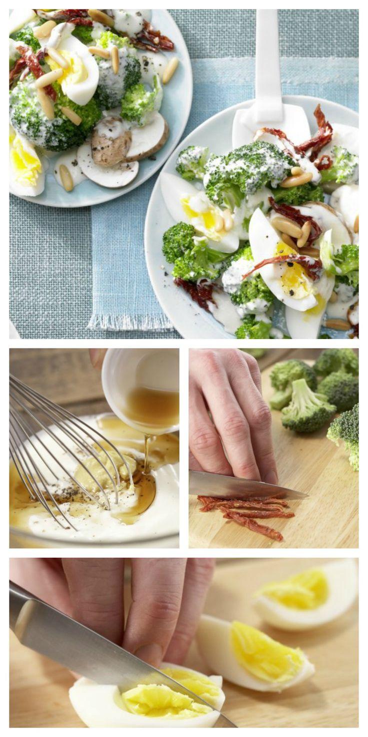 Alter Partyklassiker neu aufgepeppt mit Pinienkernen und getrockneten Tomaten: Eier-Brokkoli-Salat mit Joghurt-Dressing | http://eatsmarter.de/rezepte/eier-brokkoli-salat