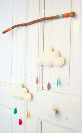Too cute! Wolkenmobiel gemaakt van vilt door Atelier du Papier incl. werkbeschrijving.
