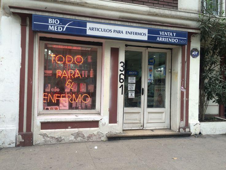 Farmacia BioMed en calle Merced, por Leyla Espinoza  http://santiagoporconocer.cl/