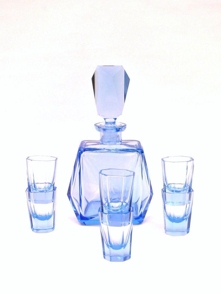 Blaue Original 20er Jahre Likör Karaffe Handgeschliffen mit 6 Gläßernzwei farbig.Karaffe in tadellosem ZustandHöhe ca. 24 cmGläßer 6 Stk. / zwei leicht beschädigtHöhe ca. 6,5 cm