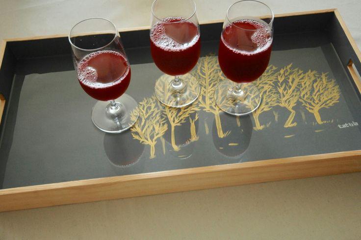 Bandeja de pino pintada a mano y resinada.  Producto con alta resistencia a la humedad.  Práctica y liviana, mide 60x30 cms. www.tatbla.com