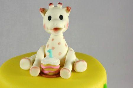 Schattige taart met geboetseerde Sophie de giraf. Giraf sophie cake
