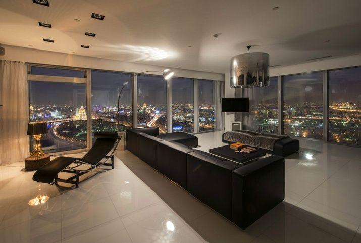 Частная резиденция площадью 172 кв. метра расположена на 46 этаже здания и представлена гостиной зоной открытого плана, совмещенной с кухней, спальней хозяев, двумя комнатами для гостей, трем ванными и гостевым санузлом. MC MC