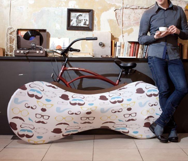 #Pricetalk #프라이스톡 집안 바닥이 흙과 먼지 등으로 더러워져도 괜찮다면 모를까 밖에서 자전거를 타다가 바로 집안으로 가져오는 것은 좋은 생각이 아니다. 반면에 자전거를 집안으로 들일 때마다 매번 바퀴를 닦기에는 시간 소모가 크고 번거롭다. '벨로 삭(Velo Sock)'은 자전거를 집안에 보관할 수 있는 깨끗하고도 빠른 해결책을 제시한다.   '벨로 삭'은 대부분의 자전거 바퀴에 씌울 수 있도록 제작된 크고 신축성 있는 자루다. 자전거 하반부 전체를 완전히 덮어서 바퀴에 묻은 물, 흙, 오염물 등을 자루 안에 가둔다. 씌우는 데 몇 초 밖에 걸리지 않기 때문에 바퀴를 닦는 데 허비하는 시간을 아낄 수 있다,   폴리에스터 90와 스판덱스 10로 제작되어 신축성 있는 제품으로 다양한 크기의 자전거에 편안하게 맞는다. 사용하기 위해서는 먼저 자전거 앞바퀴를 들고 자루가 흘러내리지 않을 때까지 앞바퀴를 덮어 씌워야 한다, 그 다음에는 페달과 기어를 씌우고 마지막으로…