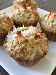 Muffins de proteina y coco. Coc   Ingredientes:  1 1/2 taza de avena  1 taza de puré de manzanas sin azúcar  1 Scoop de Proteina de vainilla  10 claras de huevo  1 cucharadita de vainilla  1/8 de taza de Agave/ Miel o edulcorante de tu preferencia  1/2 taza de coco rayado  Coco rayado para decorar