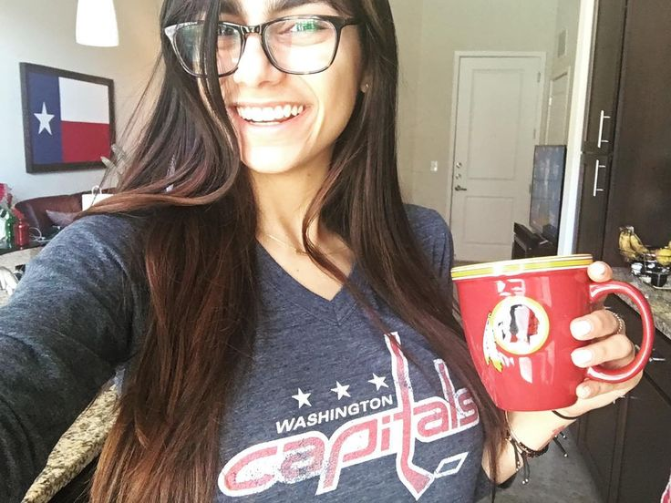 GAME 👏🏼 DAY 👏🏼 (for the caps, ignore my mug) 🏒 Join me live for the game tonight (link will be on my twitter)    Source