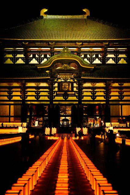 東大寺の万灯供養会、観相窓からの大仏さんと初対面し感心しました。 境内には2500基の灯籠が整然と並び、約1万の灯りに浮かび上がる巨大な大仏殿とその境内は、お盆に相応しい印象的な夜でした。
