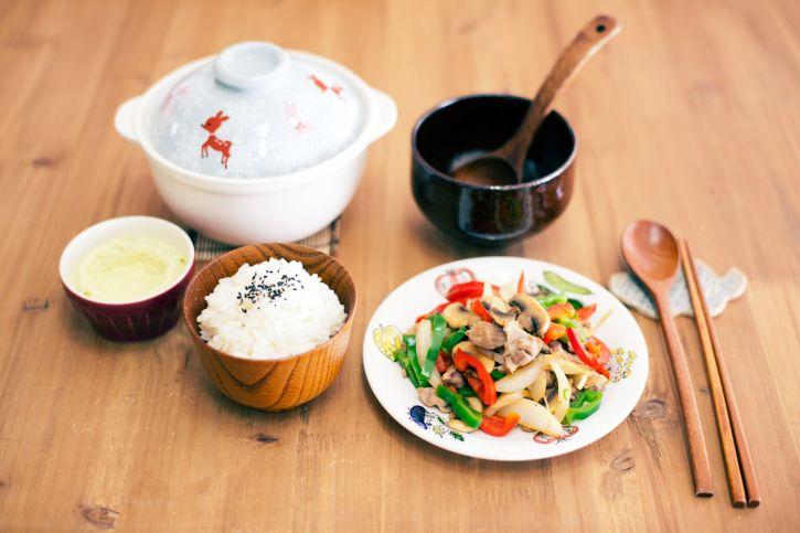 Kebanyakan makanan Korea senantiasa memiliki rasa yang berani.  Nilai filosofis di baik pembuatan makanan Korea adalah selalu berupaya menampilkan kombinasi keserasaian antara panas dan dingin, asin dan manis, yin dan yang.  Makanan utama yang pasti disajikan dalam setiap menu Korea adalah bap (nasi) atau juk (bubur) yang disajikan dalam mangkuk berukuran sedang.  Kebiasaan makan nasi masyarakat Korea hampir sama dengan Indonesia, yaitu sekitar 3 kali sehari.