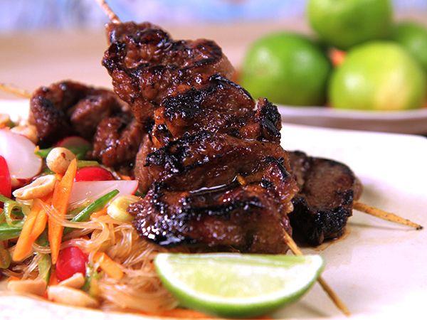 Asiatiska grillspett med nudelsallad | Recept från Köket.se
