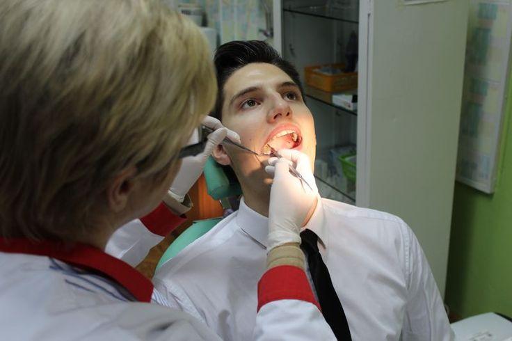 Pacjent podczas zabiegu leczenia zębów.