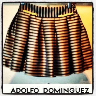 La línea Adolfo Dominguez, nos da un avance de temporada con esta falda de tablones línea A de inspiración marinera y con el print básico de esta temporada que son las rayas.